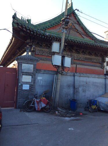 Figure 2. Toit du temple Huguosi (Pékin), fermé au public, en 2016. (Photo : Alice Crowther, 2016).
