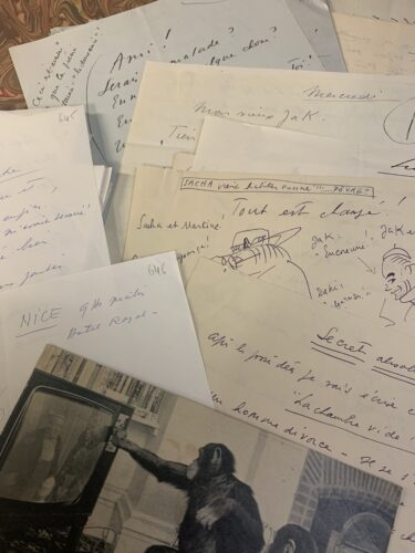 Extrait de la correspondance de André Haguet à Jacques Henri Lartigue. Sur l'une des lettres, André Haguet évoque un nouveau scénario. Sur une autre lettre, André Haguet dessine Sacha Guitry.
