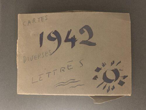 Exemple de boîte conservée dans le fonds Jacques Henri Lartigue. Le soleil correspond à la signature de Lartigue.