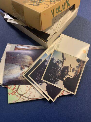 Exemple de boîte contenant des cartes postales dans le fonds Jacques Henri Lartigue.